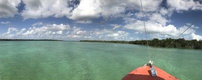 一条小船的船首在盐水湖 库存图片