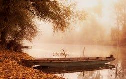 一条小船的葡萄酒照片在河的 免版税库存照片