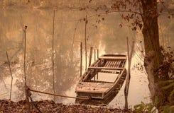 一条小船的葡萄酒照片在河的 免版税库存图片