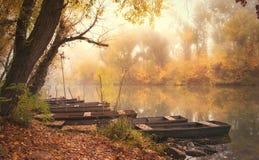 一条小船的葡萄酒照片在河的 库存图片
