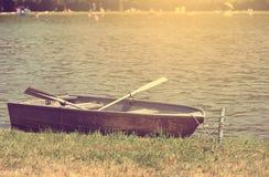 一条小船的葡萄酒照片在海滩的 免版税库存图片