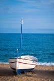 一条小船的视图在一个海滩在Calella,西班牙 免版税库存照片