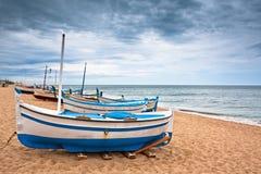 一条小船的视图在一个海滩在Calella,西班牙 库存图片