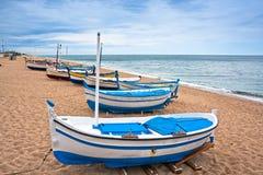 一条小船的视图在一个海滩在Calella,西班牙 库存照片