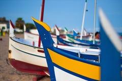 一条小船的视图在一个海滩在Calella 免版税库存图片