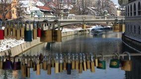 一条小船的远射在通过锁线被做的Ljubljanica河的  股票录像