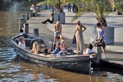 一条小船的青年人在阿姆斯特丹 免版税库存照片