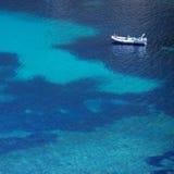 一条小船的顶视图在绿松石海 免版税库存图片