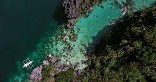 一条小船的鸟瞰图在轮的对一个小盐水湖凯 免版税图库摄影