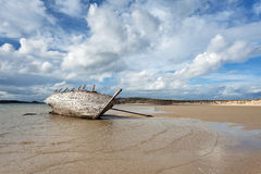 一条小船的击毁在Bunbeg, Donegal 库存照片
