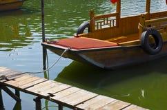 一条小船的细节在湖 库存图片