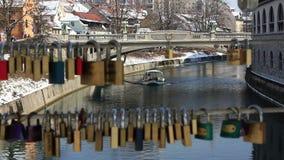 一条小船的Timelapse射击在通过锁线被做的Ljubljanica河的  股票视频