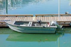 一条小船被栓对浮船坞在阿拉斯加 图库摄影