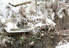 一条小船路线的击毁由湖的在冬天 库存照片