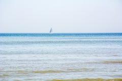 一条小蓝色小船在海 免版税库存照片