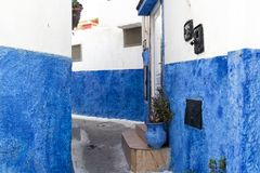 一条小街在梅克内斯,有蓝色墙壁的摩洛哥 图库摄影