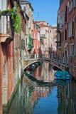 一条小运河在威尼斯 免版税图库摄影