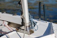 一条小风船的帆柱 帆柱的低部在sailin的 库存照片