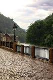一条山河的堤防在一个雨天 免版税库存照片
