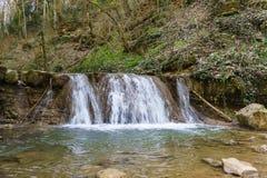 一条山河的急流在Goryachiy附近Klyuch镇的  免版税库存图片