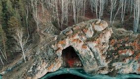 一条山河的鸟瞰图在山峡谷 海岸冰横向河水冬天 山的早期的冬天视图山河 稀薄 股票视频