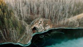 一条山河的鸟瞰图在山峡谷 海岸冰横向河水冬天 山的早期的冬天视图山河 稀薄 股票录像