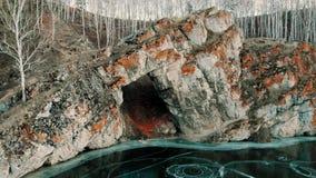 一条山河的鸟瞰图在山峡谷 海岸冰横向河水冬天 山的早期的冬天视图山河 稀薄 影视素材