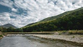 一条山河的嘴在北高加索,美丽如画的风景山的夏天  免版税库存图片