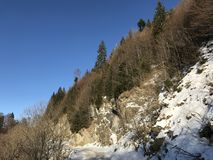 一条山路在一个冬天 免版税图库摄影