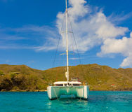 一条巡航的游艇在迎风群岛 免版税库存照片