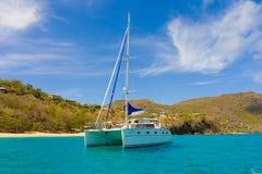 一条巡航的游艇在迎风群岛 图库摄影