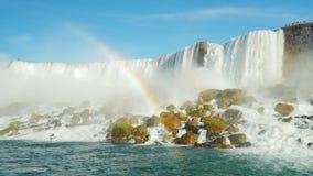 一条巨大的彩虹在背景尼亚加拉瀑布中 从尼亚加拉河的低角度射击 股票录像