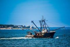 一条巨大的渔船小船在鳕鱼角,马萨诸塞 免版税库存照片