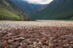 一条干小河的岩石床 图库摄影