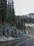 一条弯曲的街道在落矶山脉的冬天 图库摄影