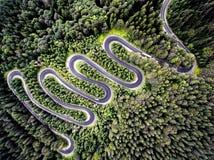 一条弯曲的路的寄生虫视图在罗马尼亚 免版税图库摄影