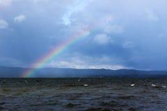一条彩虹的出现在十一级风以后的在湖Itkul 免版税图库摄影