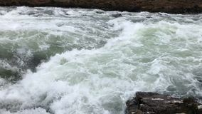 一条快行河的慢动作录影-斯凯岛-苏格兰的小岛 股票视频