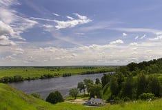 一条房子附近的Oka河在俄罗斯 库存图片
