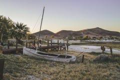 一条打破的,被放弃的小船在沙漠 免版税图库摄影