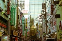 一条拥挤的街在秋叶原区,东京,日本 库存照片