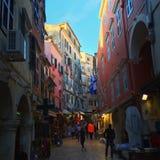 一条拥挤的街在科孚,希腊 库存图片