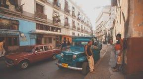 一条拥挤的街在老哈瓦那,古巴 免版税库存图片