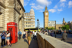 一条拥挤街道在威斯敏斯特,伦敦,英国 免版税图库摄影
