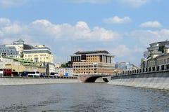 一条排水设备运河在一个夏日 免版税图库摄影