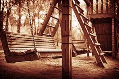 一条摇摆的长凳深深 库存照片
