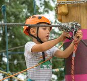 一条攀岩运动员领带每在绳索的结 人为上升做准备 孩子学会栓结 检查保险 免版税库存图片