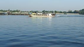 一条明确通勤者小船在昭披耶河顺流去 影视素材