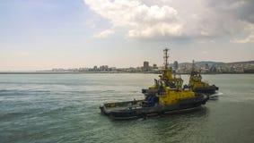 一条服务小船在港口港口 Tsemesskaya海湾 Indu 免版税图库摄影