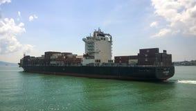 一条服务小船在港口港口 Tsemesskaya海湾 Indu 免版税库存图片